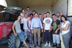 Allievi della scuola per contadini di San Casciano. Sulla destra il direttore Franco Agnoletti e l'assessore Chiara Molducci