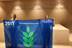 Il sindaco Anna Ravoni a l'assessore allo Sviluppo economico Stefania Iacomi ritirano il premio