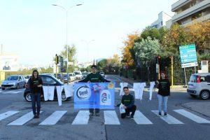 Pisa: i volontari di Greenpeace durante il flash mob