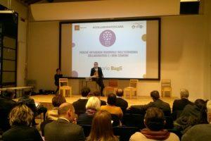 L'assessore Vittorio Bugli presenta il libro verde CollaboraToscana (Foto Regione Toscana)