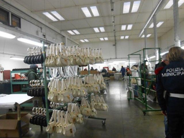 L'interno della pelletteria sequestrata (Foto Arpat)