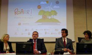 La presentazione del progetto. Al centro Francesco Macrì, presidente di Estra e Fabrizio Trisciani di Straligut Teatro