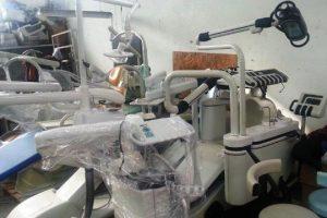 Attrezzature dentistiche dismesse trovate nel capannone (Foto Comune di Montemurlo)