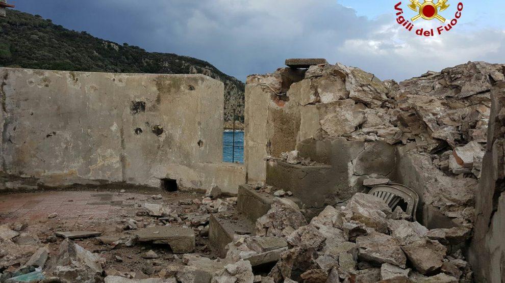 La sommità della torre distrutta dal fulmine (Foto Vigili del Fuoco)