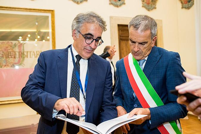 Angelo Riccaboni, presidente della Fondazione PRIMA e il sindaco di Siena Bruno Valentini. (Foto da Wikimedia Commons).