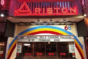 L'ingresso dell'Ariston addobbato con decorazioni floreali (foto Coldiretti)