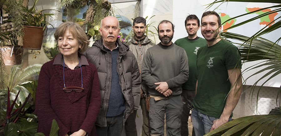 Da sinistra, Lucia Amadei (conservatore del Museo), Giuseppe Pistolesi (curatore dell'Orto), Luca Davini, Luca Ciampi, Andrea Giannotti, Alberto Trinco (giardinieri). (Foto da Università di Pisa).