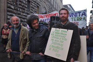 """Corteo di """"Mondeggi bene comune, fattoria senza padroni"""" dello scorso dicembre a Firenze. ( Foto da tbcfirenzemondeggi.noblogs.org)."""