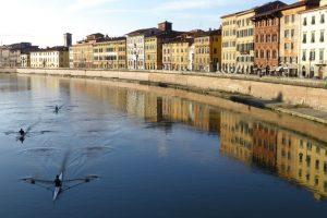 Pisa, Lungarno Pacinotti visto dal ponte di Mezzo. (Foto da it.wikipedia.org).