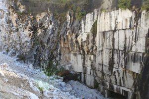 Buca Ravaccione, una cava a pozzo in avanzato stato di riempimento (foto Legambiente Carrara)