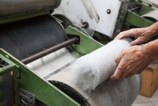 Recupero e rigenerazione di tessuti usati. (Foto da www.comistra.it).