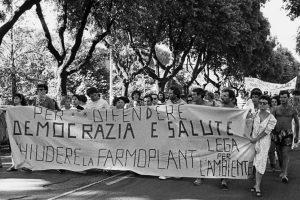 Manifestazione per la chiusura di Farmoplant. (Foto da it.wikipedia.org).