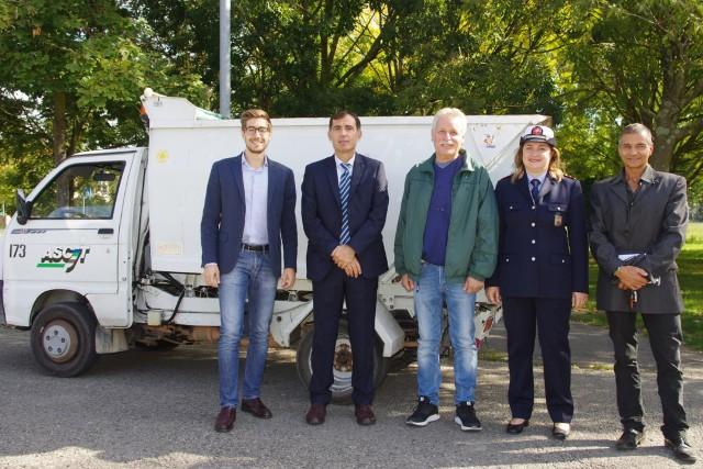 L'assessore all'Ambiente Matteo Francesconi (a sin.) con alcuni componenti della squadra Acchiapparifiuti.