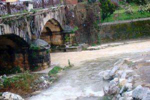 Il Carrione bianco di marmettola dopo una pioggia (foto Legambiente Carrara)