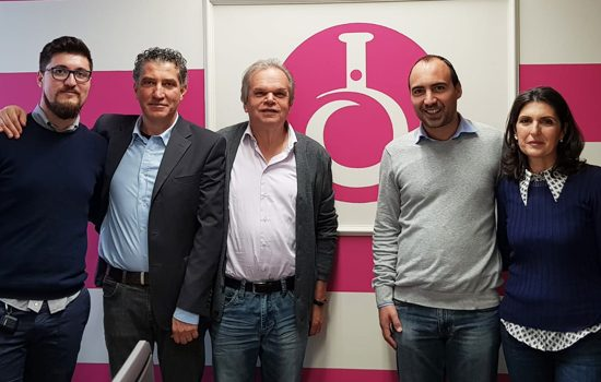 Da sinistra Matteo e Alessandro Iozzelli, il sindaco Lorenzini, l'assessore Calamai e Patrizia Rosati Iozzelli. (Foto da Comune di Montemurlo).
