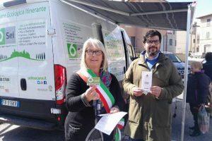 Il sindaco Raffaella Sanesi e l'assessore Fabio Lattanzio con 6Card