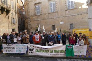 Il presidio in piazza Postierla (foto WWF Siena)