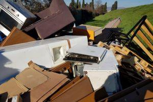 Abbandona rifiuti in via di Ugnano_1