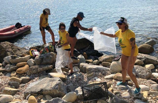 Capoliveri, i volontari ripuliscono un ghiaieto (foto Legambiente Arcipelago Toscano)