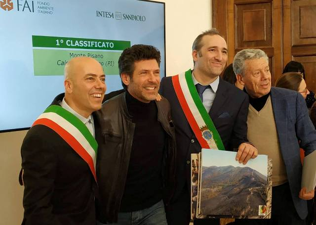 Da sinistra, il sindaco di Vicopisano Juri Taglioli, l'attore Renato Raimo, testimonial del Monte Pisano e il sindaco di Calci Massimiliano Ghimenti (foto dalla pagina Fb dell'associazione amici della Certosa di Calci)