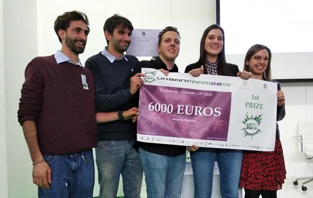 Nicola Colucci, secondo da sinistra, con gli studenti del team Pinecube. (Foto da www.unipi.it)