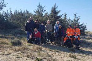 Gruppo di volontari impegnati nella pulizia delle dune (foto Comune di Grosseto)