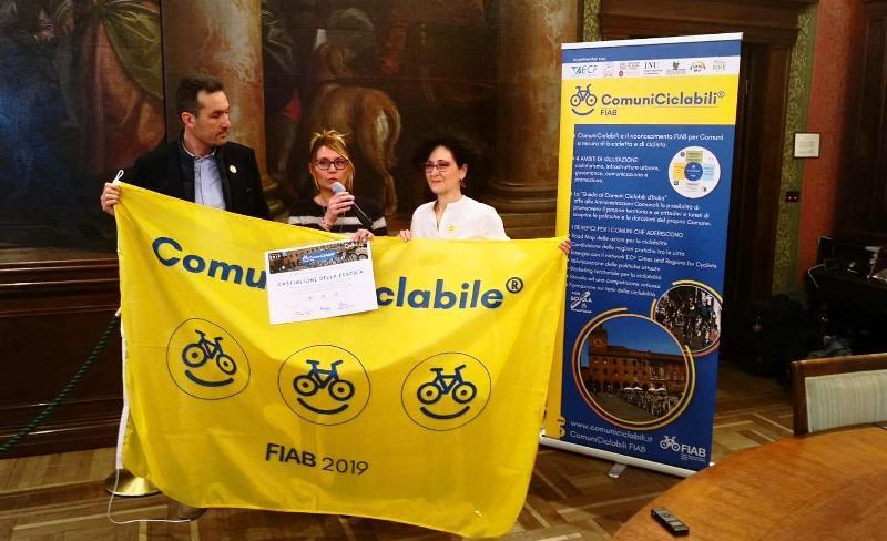 La cerimonia di consegna della bandiera gialla FIAB a Verona il 12 aprile. Al centro la vicesindaca Elena Nappi