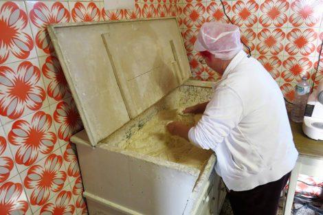 La Fernanda impasta il pane nella madia