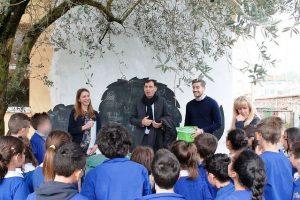 L'assessore all'Ambiente Matteo Francesconi e il presidente di Ascit Maurizio Gatti spiegano  il progetto agli alunni.
