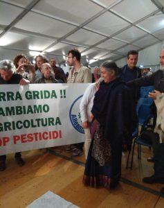 """Lo striscione """"La Terra grida! Cambiamo agricoltura, stop pesticidi"""""""