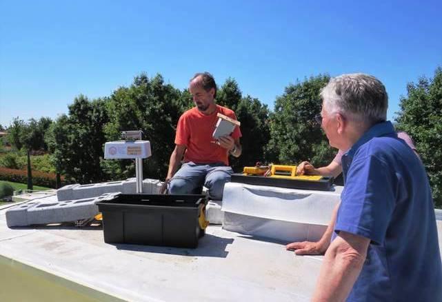 Il fisico del CNR Massimo Del Guasta installa un analizzatore sperimentale sul tetto della chiesetta di Montale