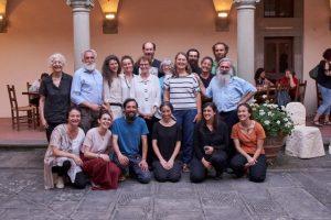 Padre Guidalberto Bormolini (a destra) con un gruppo di volontari