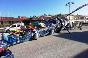 Il montaggio della scultura di Riccardo Vannucci (foto comune di Viareggio)
