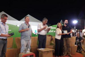 In fondo a destra Susanna Cenni consegna il premio a Edoardo Prestanti. (Foto dalla pagina Facebook di Edoardo Prestanti).