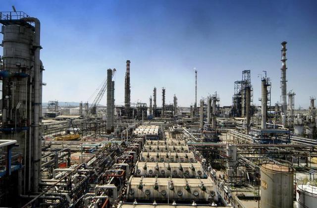 La raffineria Eni di Livorno
