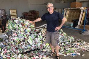 Edoardo Malagigi con i cartoni di tetrapak utilizzati per il rivestimento del cetaceo. (foto Arpat)