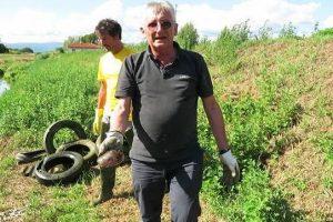 Daniele Manetti mostra la vongola gigante trovata in un copertone abbandonato