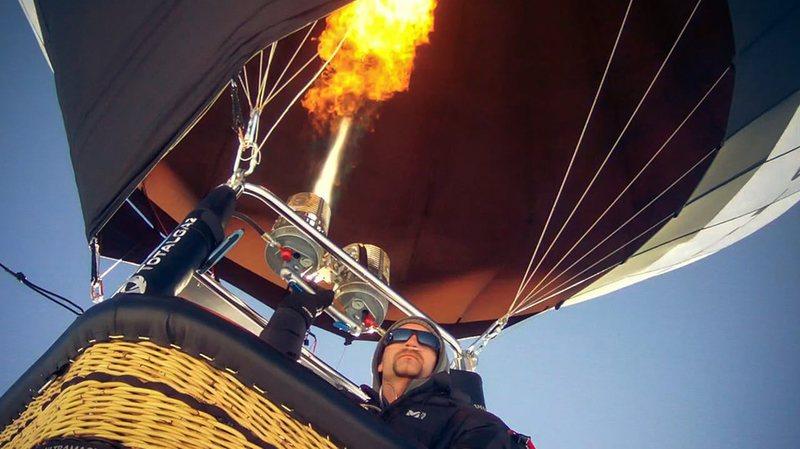 Il pilota svizzero a bordo della sua mongolfiera ecologica