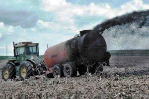 Spandimento di fanghi su un terreno agricolo (foto d'archivio)