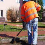 Operatore Ascit al lavoro (foto Comune di Capannori)