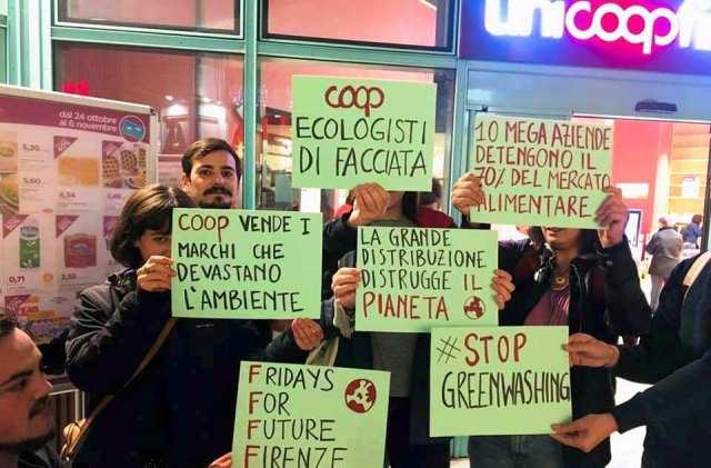 Il presidio di martedì 29 ottobre davanti alla Coop di Novoli (foto dalla pagina Facebook di Fridays For Future Firenze)