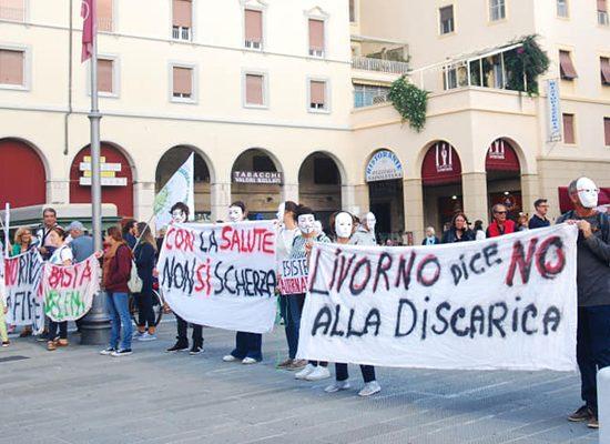 Manifestanti a Livorno sabato 12 ottobre. (Foto da pagina Facebook - Coordinamento provinciale Rifiuti Zero Livorno).