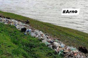 La riva dell'Arno alla Nave a Rovezzano invasa dai rifiuti