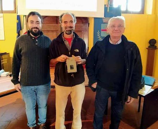 Da sinistra, il sindaco Edoardo Prestanti, il tecnico del CNR Massimo Del Guasta e il presidente di Legambiente Quarrata Daniele Manetti