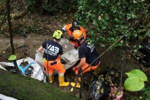I volontari della Vab Colline Medicee recuperano i sacchi di rifiuti abbandonati
