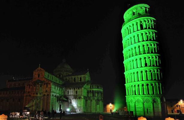 Torre di Pisa illuminata di verde per il giorno di San Patrizio.
