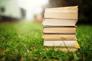 pila-di-libri-sul-prato