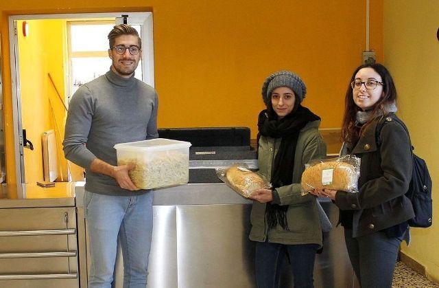 Il vice sindaco Matteo Francesconi con due volontarie