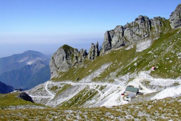 Bivacco Aronte al Passo della Focolaccia. (Foto da www.alpiapuane.it).