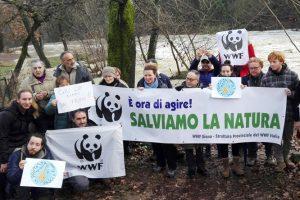 Gli attivisti sul fiume Elsa nel Comune di Colle di Val d'Elsa.